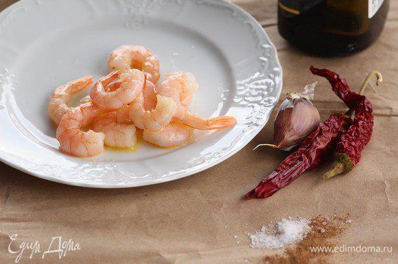 Теперь время соуса. В оливковом масле со специями (соль, перец, мускатный орех), острым перцем, чесноком томим креветки.