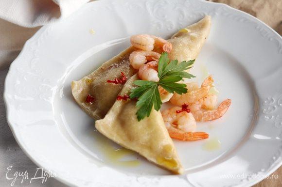 Тортелли по готовности добавляем к соусу вместе с бульоном (2 ст. л. воды в которой варились тортелли), томим минутку и подаем! Приятного аппетита!