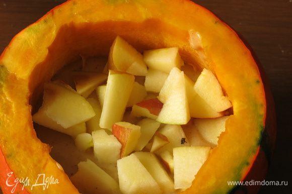 Выкладываем порезанное яблоко, использовала половину.