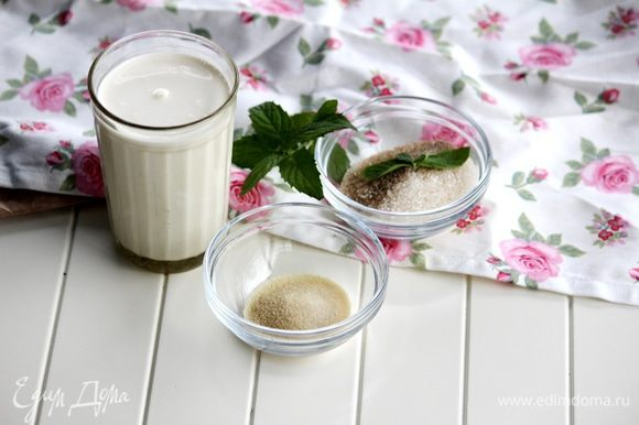 Нам понадобятся сливки (в моем случае 33%), сахар с ванилью (в моем случае ваниль в порошке, лучше использовать семена стручковой ванили) и желатин.