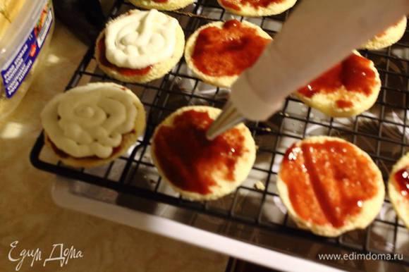 Крем удобнее уложить на пирожные пекарским конвертом. Но можно и ложкой :)
