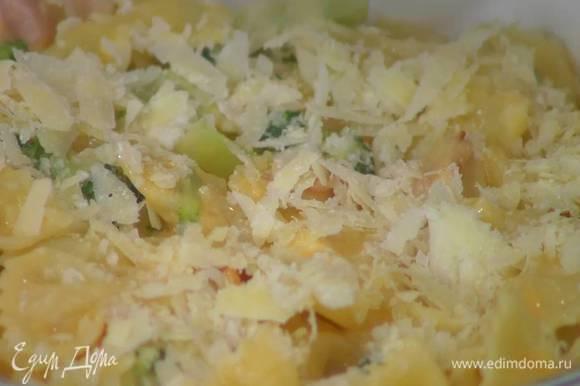 Твердый сыр натереть на крупной терке, посыпать макароны и запекать в разогретой духовке 15‒20 минут.
