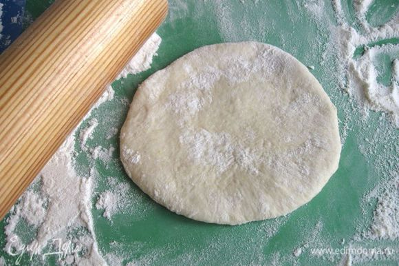 Приготовить отдельные мисочки с кунжутом, фисташковой крошкой, миндальными лепестками. В отдельной посуде должен находиться 1 желток для смазывания хлеба (кисточкой). Раскатать шарики в лепешки.