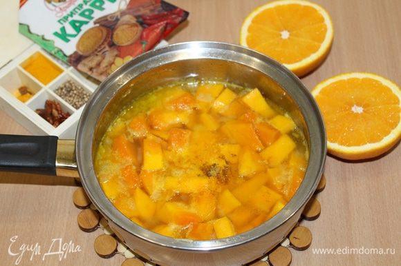 Влить апельсиновый сок, бульон( бульон добавляйте постепенно, в зависимости какой густоты вы хотите приготовить суп) , положить карри, куркуму и варить на маленьком огне 20 мин.
