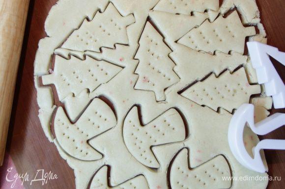 Раскатать тесто скалкой в пласт толщиной 5 — 7 мм, вырезать формами печенье и наколоть вилкой.