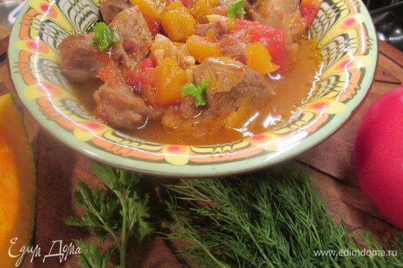 Тыква в пряных овощах готова. Посыпаем зеленью по вкусу и подаем с любым гарниром.