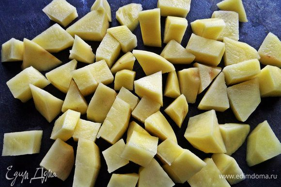 Картофель очистить, нарезать кубиками.