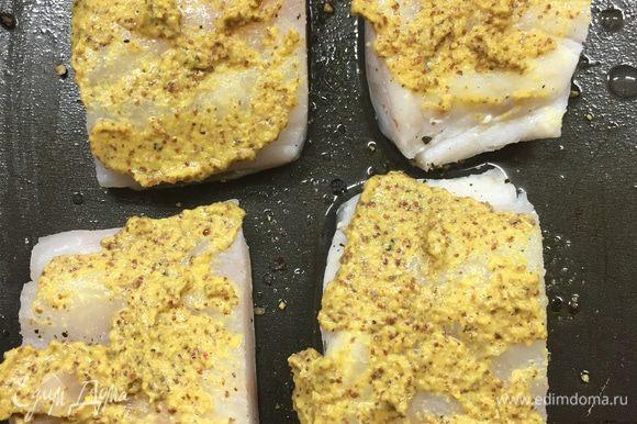 Смазываем как следует противень оливковым маслом, положить филе трески кожей вниз. Посолить, поперчить. Смазать каждую филе дижонской горчицей.