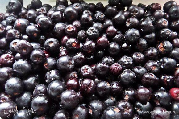 Из ягод хорошо в выпечке себя повела черноплодная рябина. Здесь ее называют арония.