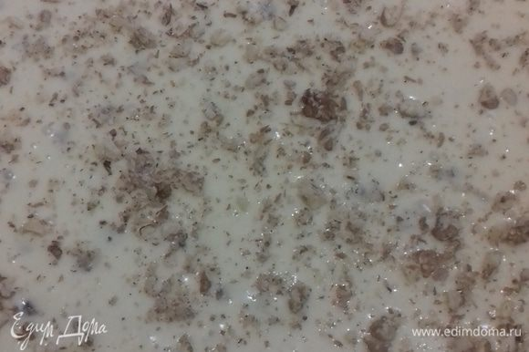 Вылить тесто на противень и посыпать сверху измельченными орехами. Выпекать при температуре 230-250°С примерно 40 минут. Все зависит от вашей духовки. Готовность определять зубочисткой.