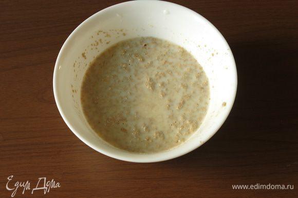 Начало стандартное для приготовления выпечки на дрожжах - разводим в 10 столовых ложках теплого молока дрожжи с 2 чайными ложками сахара. Оставляем на 10 минут.