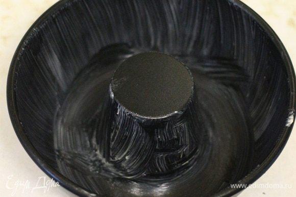Форму для выпекания смазать сливочным маслом. Используйте форму для выпечки кекса в виде кольца.