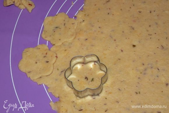 Охлажденное тесто раскатать в пласт около 0,5 см толщиной и формочками вырезать печенье (у меня получилось 30 штук).