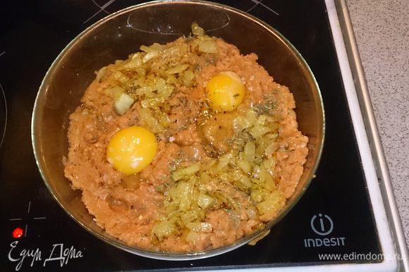 Смешиваем лук с фаршем, добавляем яйца, тимьян, соль, перец и тщательно перемешиваем.