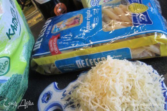 Подготовим все ингредиенты: сыр натираем на мелкой терке, отвариваем брокколи.