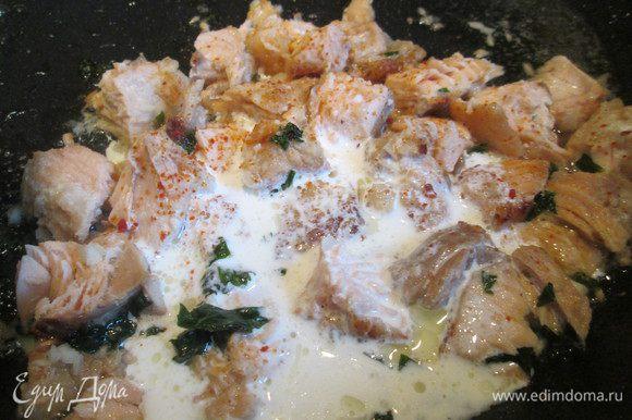 Далее вливаем сливки, перемешиваем тщательно и продолжаем готовить 2 — 3 минуты.