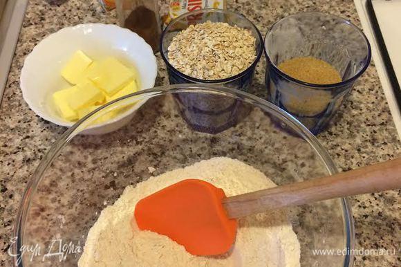 Духовку нагреть до 180°С. В миску просеять муку, соль, разрыхлитель, соду, корицу и перемешать.