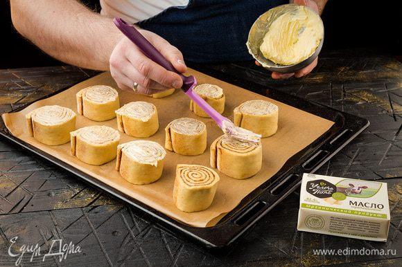 Выкладываем получившиеся рулетики на противень, смазываем каждый сливочным маслом и выпекаем при 170°С 1 час.