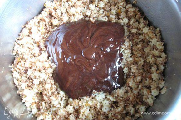 Добавить растопленный со сливочным маслом шоколад.