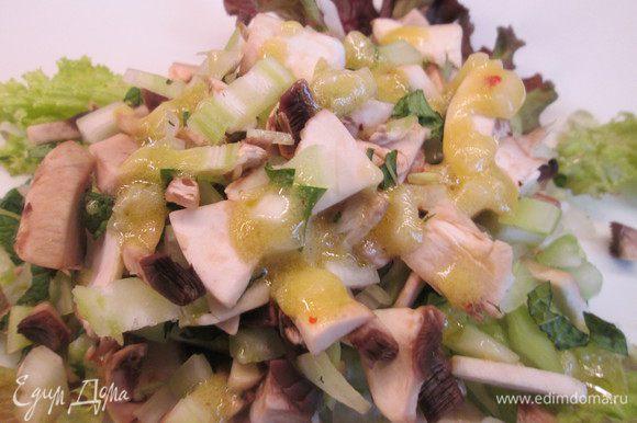 Добавляем в салат приготовленный соус и начинаем собирать салат для подачи. Сначала укладываем листья салата.