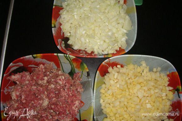 Картофель и лук нарезать мелкими кубиками.