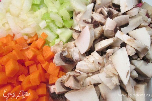 Пока варится перловка готовим овощи и мясо. Нарезаем кубиками морковь, сельдерей, лук, чеснок. Грибы режем ломтиками.