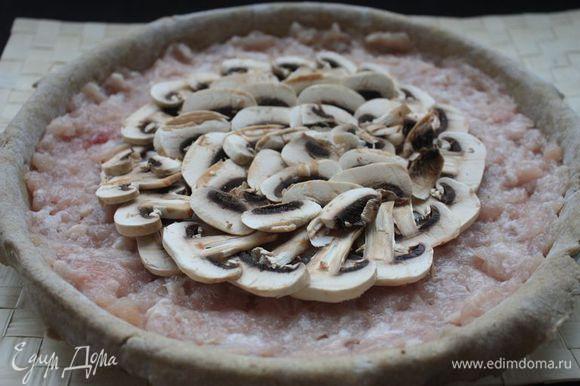 Выложите на тесто начинку: сначала фарш, потом грибы. Защипните концы теста внутрь, формируя пирог.