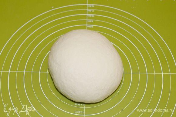 И теперь вымешивайте тесто руками минут 7 — 10, тогда у вас получиться эластичный, гладкий кусок теста.