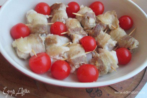 Укладываем инвольтини вместе с помидорами в форму для запекания и отправляем ее в духовку, нагретую до 180°С, на 10 минут.