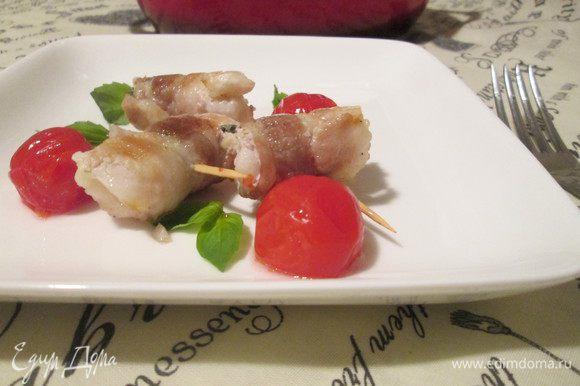 Подаем к столу с помидорами черри и листиками базилика. Boun appetito!