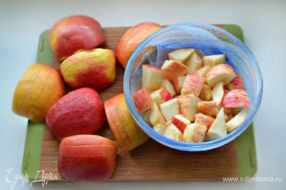 Вымытые яблоки разрежьте на 4 части и сбрызните лимонным соком, чтобы они не потемнели. 6 четвертинок отложите для украшения, сделайте на них поперечные надрезы. Во время приготовления яблоки немного раскрываются, как веер.