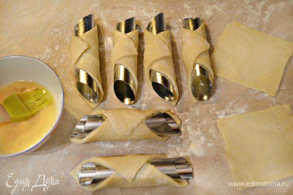 Накрутите тесто на металлические трубочки (цилиндры), слегка смазанные маслом, скручивая наискосок и накрывая сверху противоположный край. Хорошо защипите тесто, чтобы не раскрывалось на стыках и жарьте в большом количестве горячего масла.