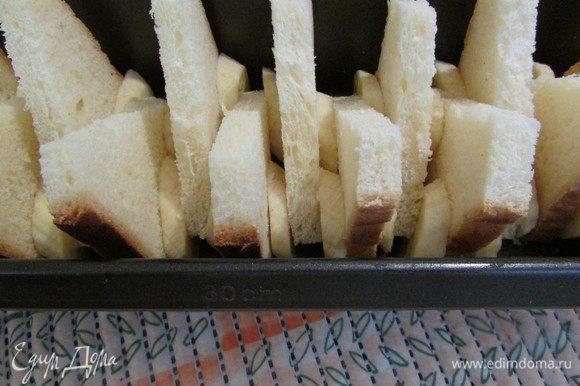Уложить хлеб и бананы в форму для выпечки, чередуя их между собой: хлеб, бананы, снова хлеб и т. д.