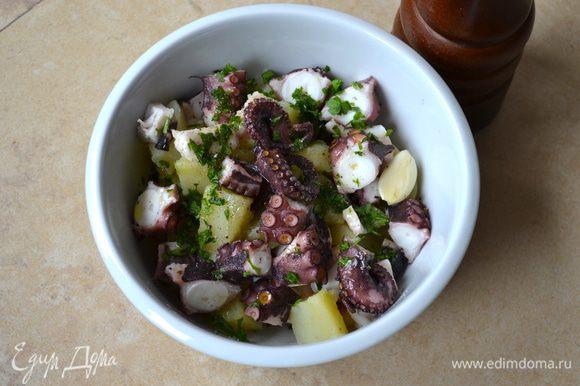 Добавить измельченную петрушку и чеснок к салату, перемешать, посолить и поперчить по вкусу. Заправить все оливковым маслом и несколькими каплями лимонного сока. Дать постоять, прикрыв пленкой, минут 30 и можно подавать на стол.