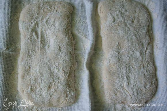 На противень расстелить вафельное полотенце и густо присыпать его мукой. Аккуратно растянуть тесто в прямоугольники и уложить на полотенце, сверху накрыть другим полотенцем и оставить при комнатной температуре на 1 час.