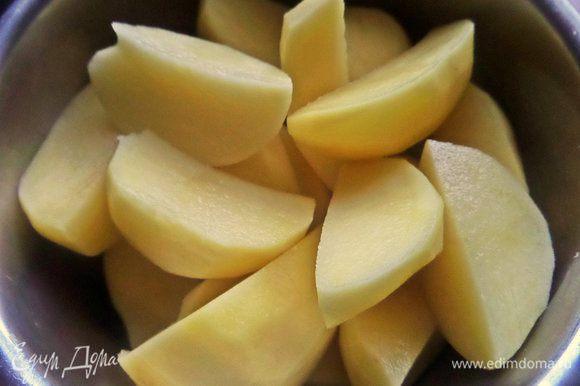 Картофель чистим и для удобства и быстроты делим на четверти.