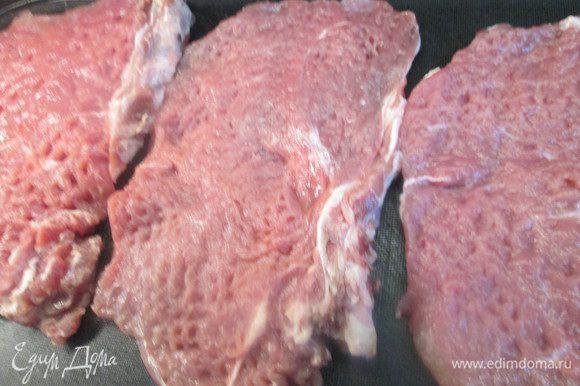 Кусочки мяса осторожно отбиваем, стараясь придать овальную форму. Посолить, поперчить. Духовку разогреваем до 180°С. В одну миску разбиваем яйца и взбиваем их, в другую насыпаем панировочные сухари.