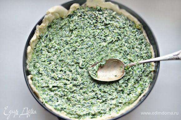 Разъемную форму (у меня d=24 см) смажьте сливочным маслом, выложите половину теста и распределите по форме, оставляя тесто на борта. Сверху выложите начинку.