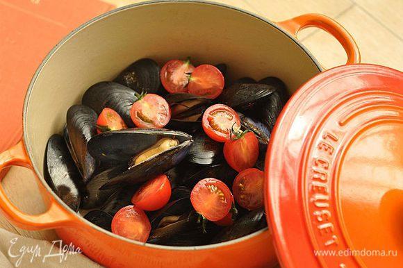 Положить в кастрюлю помидоры, накрыть крышкой и кипятить 5 — 6 минут на среднем огне.