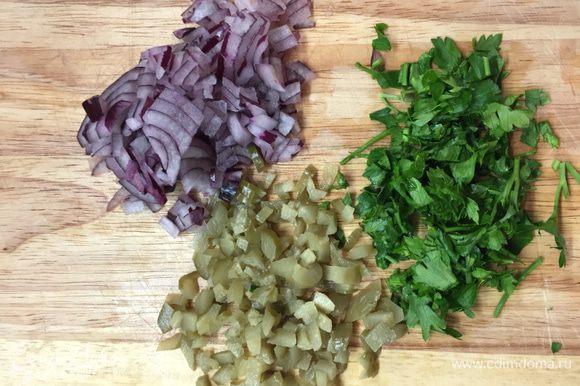 Пока картошка варится, мелко порежем огурцы, луковку и петрушку. По объему огурцов и лука должно быть примерно поровну.