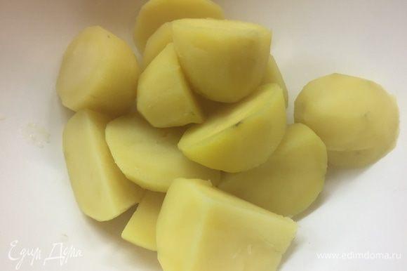Картошку сливаем и тут же горячую перекладываем в миску, где будем замешивать салат.