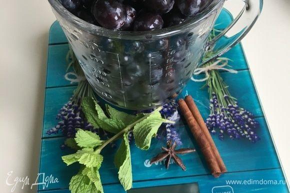 Виноград помыть, снять с веточек. В воду добавить сахар 2-3 столовые ложки, в зависимости от сладости ягод. Довести до кипения.