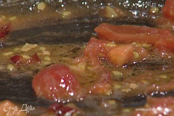 Выложить в сковороду с луком и чесноком имбирь и слегка прогреть, затем добавить помидоры, перец чили и тушить все вместе минут пять.