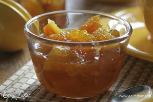Отмерить 2/3 сахара от массы апельсинов. Засыпать апельсины сахаром, вернуть на плиту и на медленном огне довести до кипения, все время помешивая, чтобы сахар как можно скорее растворился, а затем варить на самом маленьком огне около 30 минут — мармелад должен получиться очень густым и темным.