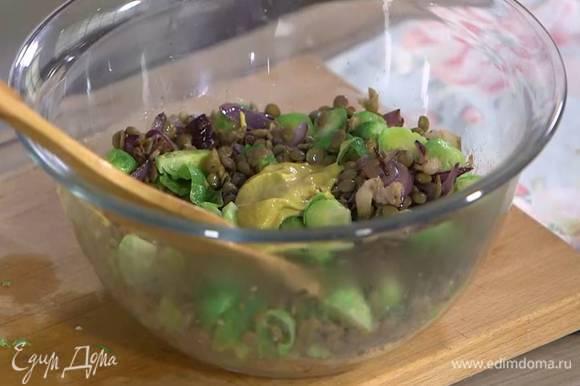 Чечевицу выложить в салатницу, добавить лук с салом, брюссельскую капусту и горчицу, полить все медом, оставшимся оливковым маслом и бальзамическим уксусом.