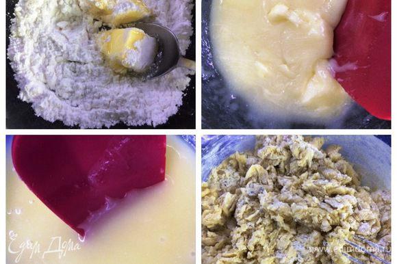 Готовим тесто для песочных коржей с медом. Смешиваем сахарную пудру, мед и сливочное масло в емкости, которую ставим на водяную баню. Все аккуратно перемешиваем до полного растворения. Снимаем миску с «бани» и оставляем немного остужаться. Вводим куриное яйцо, щепотку соли и все энергично перемешиваем. Просеиваем муку вместе с содой. Добавляем к яичной-масляной смеси и перемешиваем ложкой.