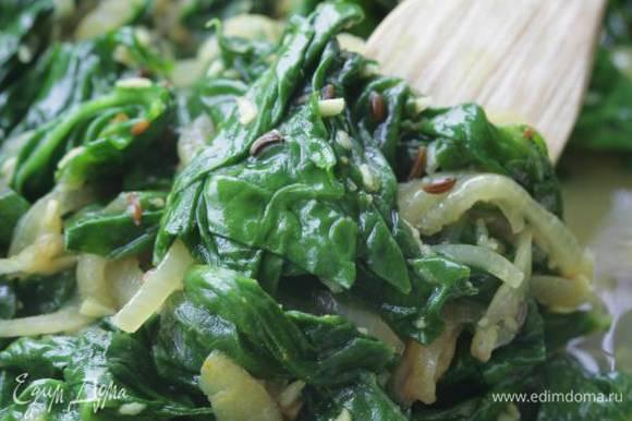 Выложить в сковороду с луком и чесноком шпинат, накрыть крышкой и тушить пару минут, затем перемешать, сбрызнуть лимонным соком и сразу подавать.
