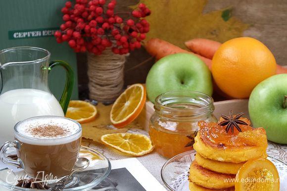 Сырники поливаем соусом и наслаждаемся вкусным и полезным завтраком.