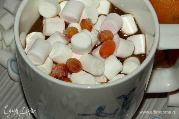 Наливаем в чашку, добавляем маршмеллоу и несколько ягод облепихи. Наслаждаемся. Приятного чаепития!