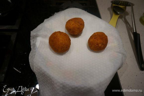 Выкладываем жареные шарики на бумажное полотенце, чтобы убрать лишний жир. И можно подавать к столу. Едят аранчини теплыми.